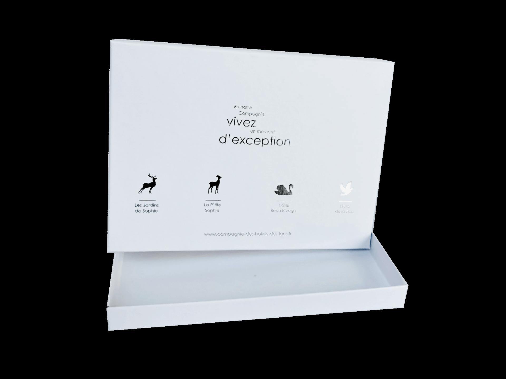 Cutie rigidă cu fund și capac, cu folio silver aplicat și plastifiere mată